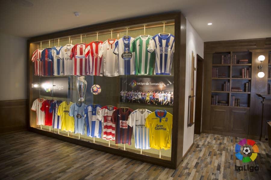 Camisetas de la Liga de Fútbol, expuestas en el hall de un hotel / Fotografía de Laliga.es